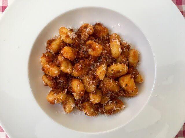 Gnocchi met witte wijn en bouillon | Gnocchi al Ragu | Het lekkerste recept vind je op Alles Over Italiaans Eten