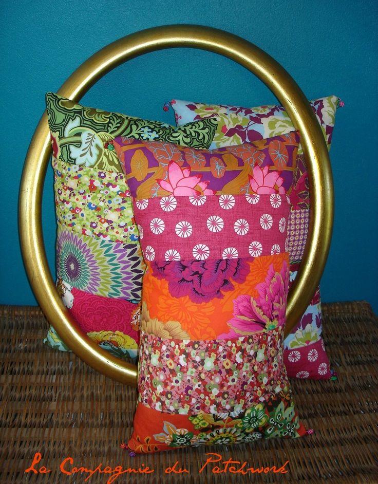 Réservé Iris -Coussin bohème, roses, pivoines et toutes les fleurs de bohèmienne pomponné, 55 x 32 cm, rempli & déhoussable : Textiles et tapis par lacompagniedupatchwork