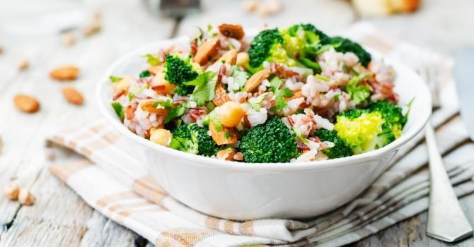 Recette de Salade de riz rassasiante au brocoli et aux amandes. Facile et rapide à réaliser, goûteuse et diététique.
