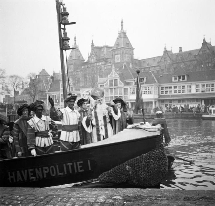 """""""Intocht Amsterdam, 1946. Jammer genoeg met zwarte Pieten. Maar ook met Pieten die niet zwart zijn geschminkt, en ook geen rode lippen en gouden oorbellen op deze foto. Klopt het idee dat veel mensen hebben dat het beeld van Piet in de afgelopen jaren alleen maar positiever en 'minder racistisch' is geworden wel?"""""""