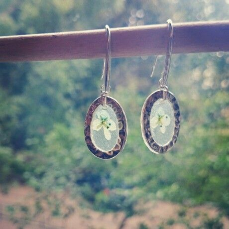 Серьги; материал: металл, засушенные цветы, эпоксидная смола. #серьги #хендмейд #handmade #earrings #украшения #украшенияручнойработы #handmadejewelry #jewelry #jewellery