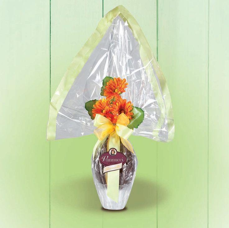 """Πασχαλινό αβγό """"Gourmet"""" του ιταλικού οίκου Vannucci από εκλεκτή σκούρα σοκολάτα 60% κακάο και κομμάτια από γλασαρισμένη φλούρα λεμονιού! Περιέχει και κομψό δωράκι έκπληξη! Βάρος: 650γρ., Ύψος: 70εκ. Αποκλειστικά από την be sweet"""