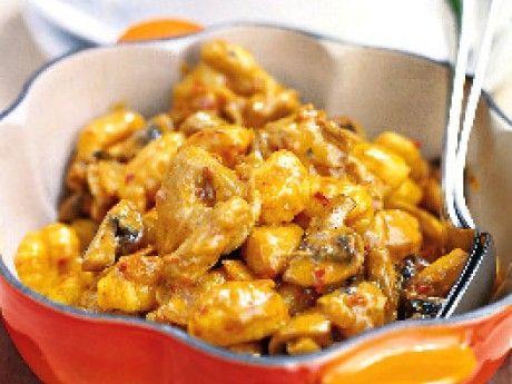 Kycklingryta. Recept på kyckling- och gnocchigrytra. Benfria kycklinglår är en god lättlagad råvara som tillsammans med färsk gnocchi blir en spännande gryta.