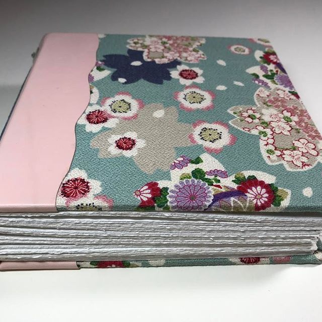 【takeiteasystudio】さんのInstagramをピンしています。 《Deckle edged interior paper to write or do artwork on.  #asianinspired #etsy #bookbinding #handboundbook #journal #artjournal #papergoods #boundbook #takeiteasystudio #etsyseller #hitokoshichirimin #cherryblossoms #floral #handmade #handmadebook #ilovewhatido #deckleedge》