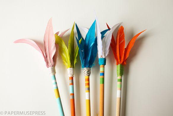 DIY indianenpijlen. Ook leuk als traktatie met bijv. een potlood.