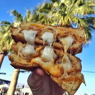 Ce sandwich au fromage fondu avec des bâtons de mozzarella frits: | Les 18 plats les plus fous servis à Coachella cette année