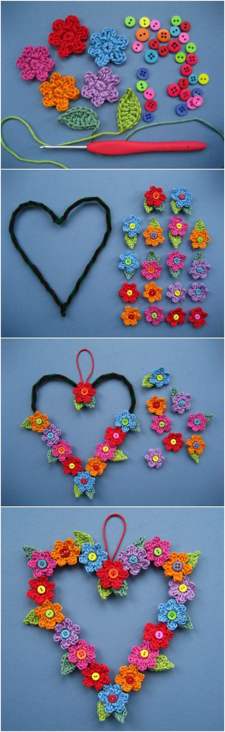 Corona en forma de corazon decorada con flores hechas en crochet! Ideal para decorar puertas o paredes! :) ♥ https://www.pinterest.com/LeoncitosLocos/