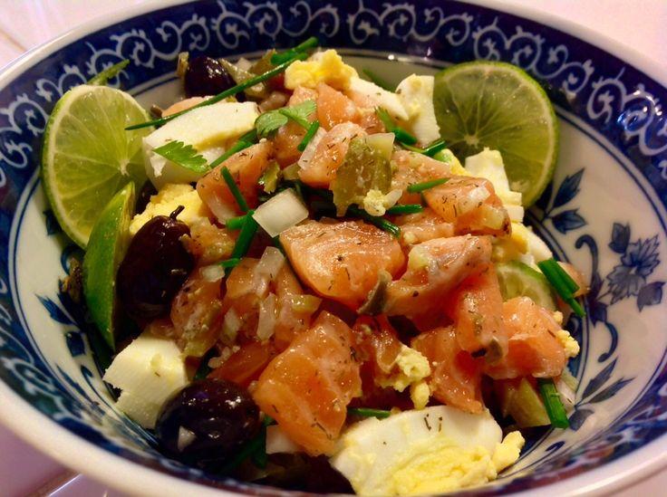 Tartare de salmón con encurtidos y aceitunas negras.
