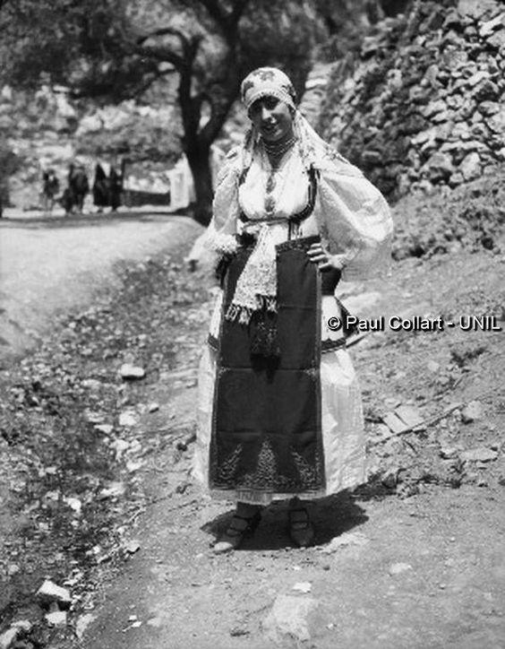 Δελφοί, γυναίκα με παραδοσιακή ενδυμασία Αράχωβας, Μάϊος 1927. Paul Collart 1926 έως 1938. L'espace audiovisuel et multimédia de l'Université de Lausanne