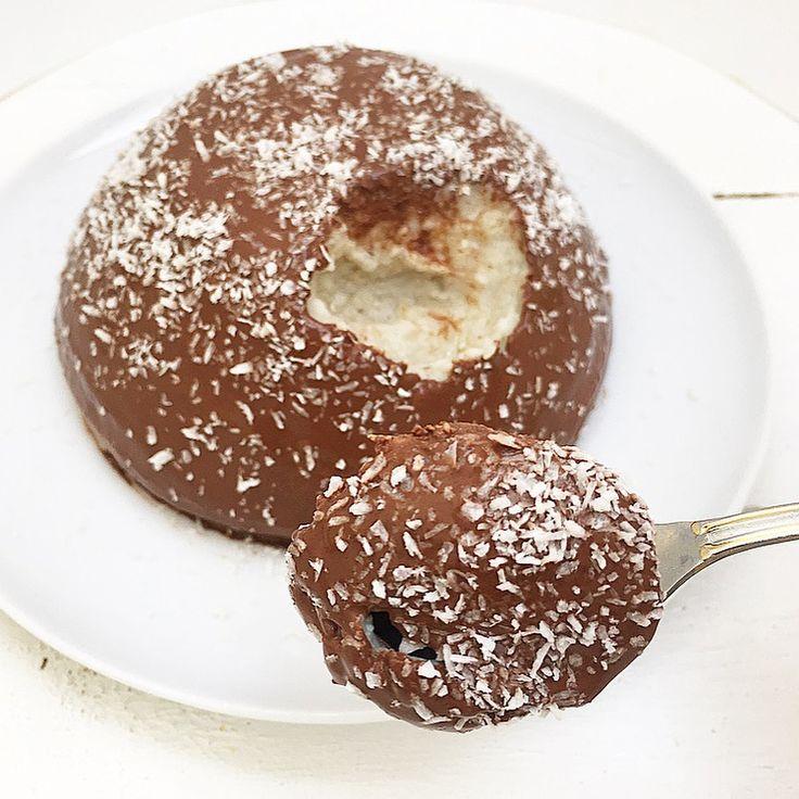 Tortino di avena al pistacchio con cremina al cacao e cocco rapè.