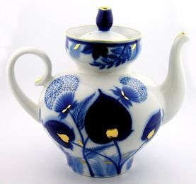 Lomonosov Forest Grass pattern Russian porcelain teapot, blue and white leaf design w/ 22 karat gold highlights, inset lid, Saint Petersburg, Russia