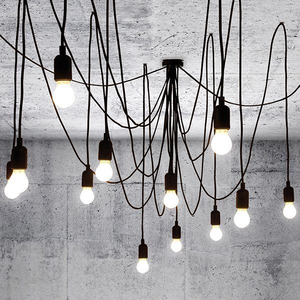 Maman. Minimalistisch, fröhlich und flexibel gestaltbar. Mitten im Raum lässt sie ein Gewirr aus Fäden entstehen, die wieLianen wachsen zu scheinen. Eine Deckenbefestigung plus 14 Stromkabel(7 Kabel à 3 m und 7 Kabel à 4 m Länge), die jeweils mit einer LED Leuchte enden.je nach Geschmack lässt sich eine symmetrische oder - im Gegenteil - eine wild-anarchistische Optik erzielen.