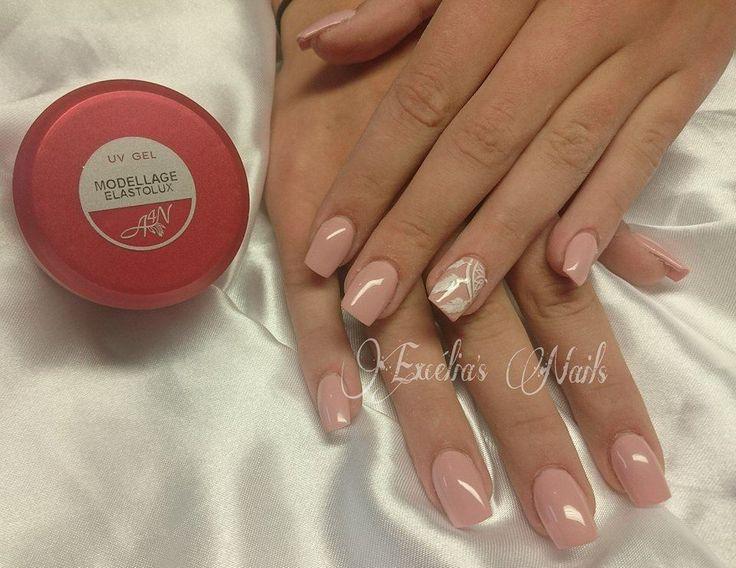 Pose réalisée par Excélia's Nails Couleur intégrale rose pâle. Tous les produits sont de Onglemod
