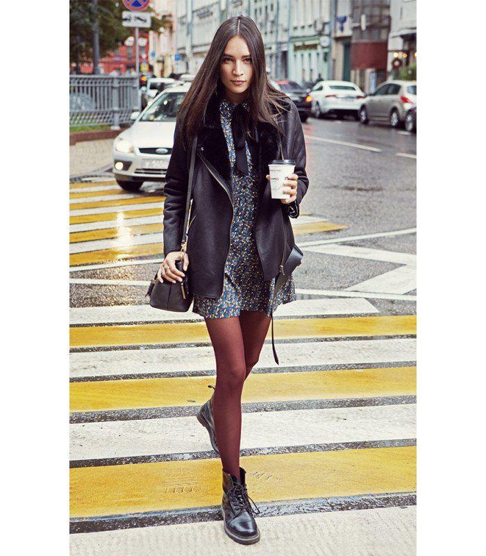 Женская куртка-косуха оверсайз из экокожи на подкладке из искусственного меха. Ультрамодная модель, способная стать безупречной основой для создания множества актуальных образов. Не стоит ограничивать её банальным сочетанием с джинсами и брутальными сапогами. Попробуйте нестандартные решения с укороченными брюками в костюмном стиле или трикотажными платьями - результат обязательно вас порадует