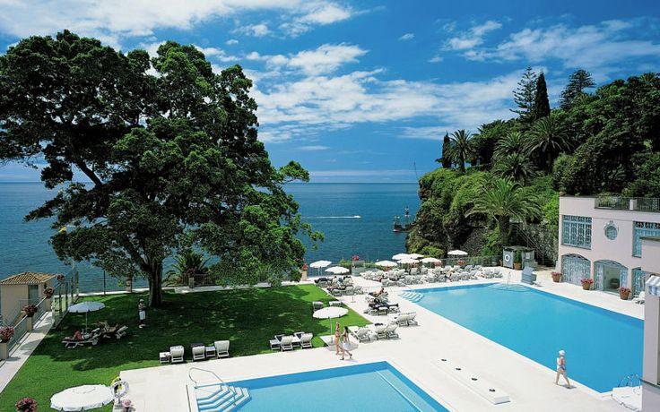 Reid's Palace er en uforglemmelig ferie på et rigtigt luksushotel. Den frodige tropiske have skaber en dejlig atmosfære, og ved poolområdet kan du vælge mellem hele 3 pools. Se mere på http://www.apollorejser.dk/rejser/europa/portugal/madeira/funchal/hoteller/reids-palace