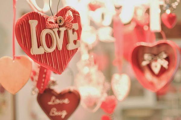 Febrero mes del amor Febrero es el mes del amor y son muchas las parejas que deciden aprovechar el día de San Valentín para celebrar su boda. Si habeis elegido casaros en este mes no olvidar que el color es el rojo pasión y los adornos los corazones para que vuestra boda desborde ternura y romanticismo.