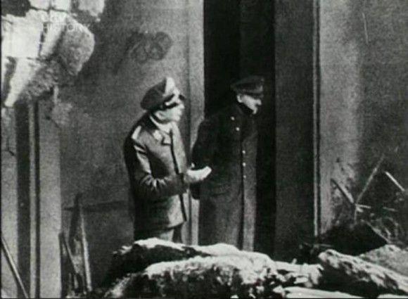 La última foto de Hitler entrando al búnker donde se suicidaría.