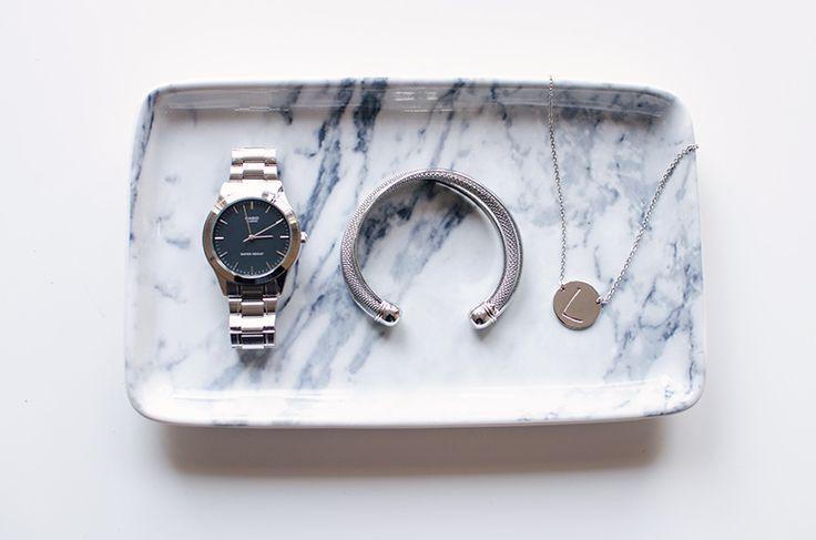 Je dagelijkse sieraden verdienen een mooi plekje toch? Dit gave marmeren schaaltje van H&M Home is een perfect voorbeeld! Het initial kettinkje shop je hier: http://www.lanassieraden.nl/sieraden/kettingen/letter-ketting - LANA'S SIERADEN