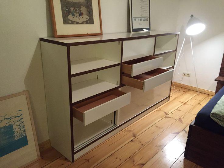 Gerade aufgebaut: #Sideboard mit innen- und außenliegenden Schubladen sowie drei Schiebetüren. Der Korpus hat eine weiß beschichtete Oberfläche mit #Nussbaum #Umleimer an den Kanten.