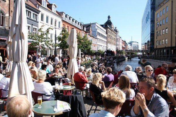 Læs Boligdeals nyeste blogindlæg med fokus på lejligheder i Århus: https://medium.com/@Boligdeal.dk/find-smilet-frem-med-en-lejlighed-i-%C3%A5rhus-490fe8361741. Her vil du få en gennemgang af Århus' forskellige bysider, så du med et godt udgangspunkt kan vælge din fremtidige bopæl