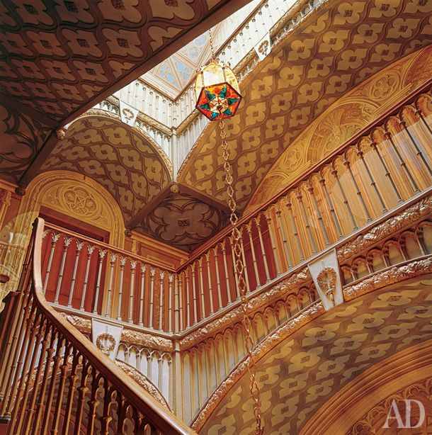 Петергофская дворцовая дача Коттедж. Крутая чугунная лестница,расписанная гризайлью и освещенная гирляндой из трех готических фонарей,ведет на третий этаж,  к морскому кабинету Николая I.