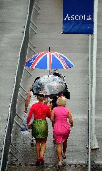 Sogar bei der Schirmwahl patriotisch: Besucherinnen schützen sich vor dem Regen.