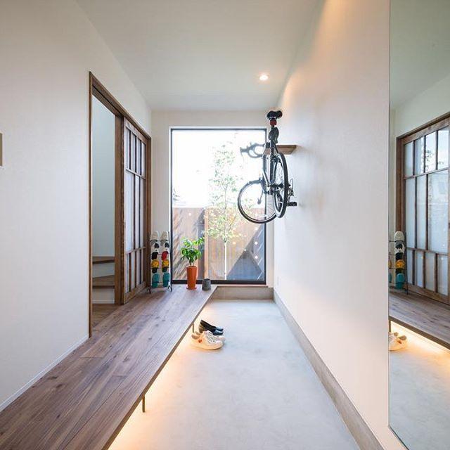 玄関が広くて明るいといいね。  #広くみせるコツがいくつか  #グランハウス岐阜  #設計事務所#愛知#岐阜  #口コミ#評判#玄関#土間#ロードバイク女子   #間接照明#全身鏡#無垢フローリング  #間取り#注文住宅#おしゃれな家