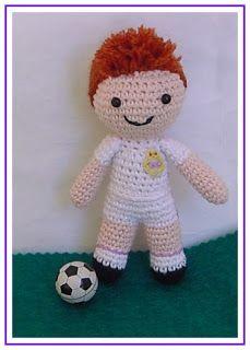 ¿Qué os parece este pequeño jugador de futbol? Es un jugador del Real Madrid (su traje blanco y su escudo lo delata), es un encargo par...