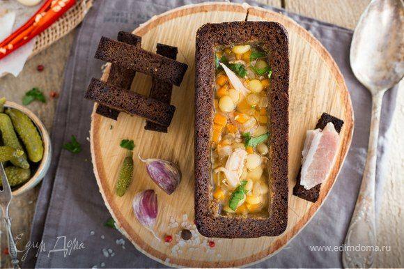 Наваристый гороховый суп с уткой в хлебном горшочке  Ароматный, наваристый гороховый суп подавайте к столу в подсушенной буханке. Удивите домашних и гостей по-настоящему осенним и оригинально оформленным блюдом. #готовимдома #едимдома #кулинария #домашняяеда #обед #суп #гороховый #утка #хлебныйгоршок #сытноивкусно #блюдонаобед #первоеблюдо #горячее Будьте первым, кто ост