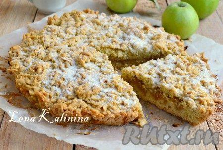 Готовый вкуснейший тертый пирог с яблоками остудить, посыпать сахарной пудрой. Нарезать и подать к чаю или кофе. Просто и вкусно!