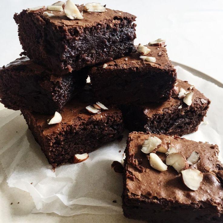 Brownie med smag af ægte chokolade. Denne opskrift på brownie er hverken tør eller kedelig, og kan spises af både børn og voksne.