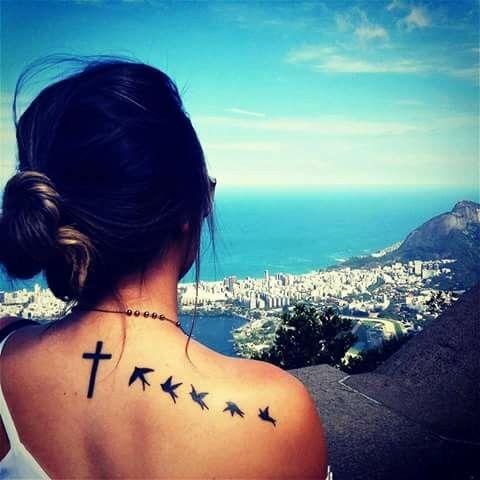 Tatuaż na plecach-ptaki i krzyż