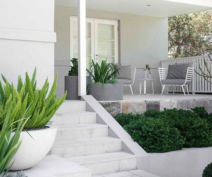 terrasse lgante avec chaises blanche avec coussins gris et grandes jardinires en blanc et gris - Jardiniere Exterieure Contemporaine
