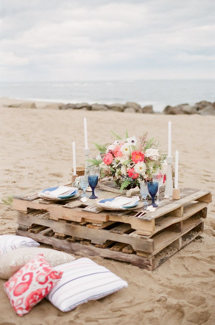 Nautical Inspiration with a Beach Picnic. Photography: Ruth Eileen - rutheileenphotogr...