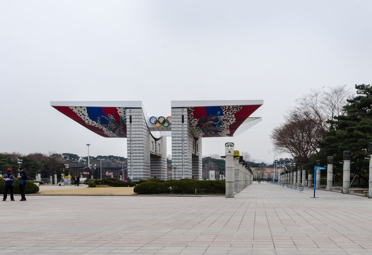 World Peace Gate 426, Olimpik-ro, Bangi-dong, Songpa-gu Kim Joong-up, 1988  The World Peace Gate is located at the west entrance of the Olympic Park. It features an eternal flame with the Seoul Peace Declaration inscribed and was built for the 1988 Olympic Games. It is constructed at the Seonlin Commemoration Park within the Olympic Park as a steel-reinforced concrete structure. With a height of 24 m, it possesses a solemn appearance. Photo: Martin Eberle