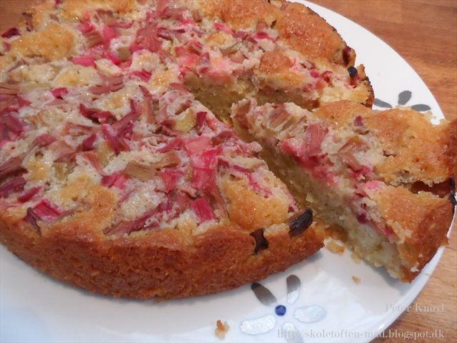 Endnu en opskrift med de lækre rabarber :) Syrligheden fra rabarberne går rigtig godt til den søde marcipan kage, og serveret enten med ...