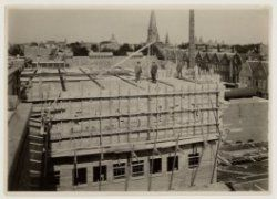"""Garage Riva. in aanbouw. achtergrond : toren van """"H. Hart van Jezus"""" (vondelstraat)"""