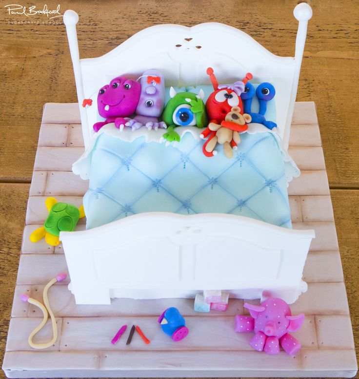 Monsters in a Bed Cake Course - Taught by Brenda Walton - Full bed image