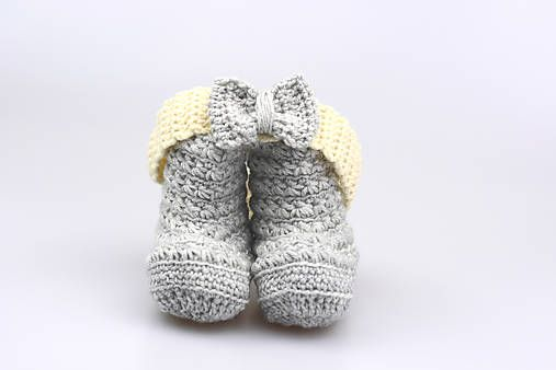 Čelenka a čižmičky pre bábätko sú ručne háčkované z prírodného materiálu - z kvalitnej nórskej extra jemnej šedej a bledožltej 100% merino vlny vhodnej pre citlivú detskú pokožku....