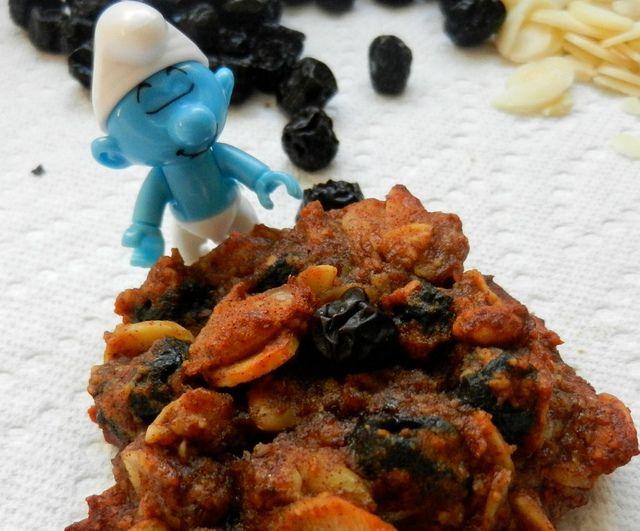 LA SCHTROUMPHANTE (galette amandes et bleuets - SANS PRODUIT LAITIER) . La galette la Schtroumphante est une galette SANS FARINE, remplie d'amandes et de bleuets. Simple. Bonne. Énergisante. Elle a le pouvoir de rendre de bonne humeur… tout comme ces petites créatures bleues hautes comme trois pommes.
