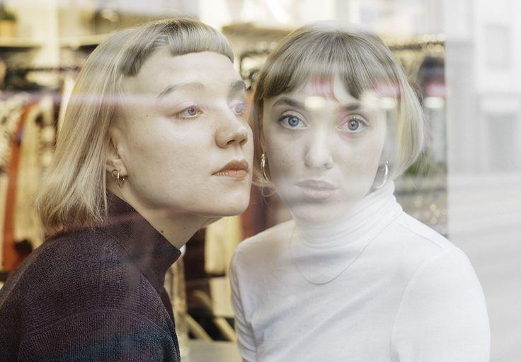 Hilla ja Inari -podcastin tekijät Hilla Körkkö ja Inari Nikkanen näyttävät, että on okei olla haavoittuvainen. Yksi tämän hetken kiinnostavimmista suomalaisista podcasteista Hilla ja Inari tarkastelee raikkaalla ja feministisellä otteella...