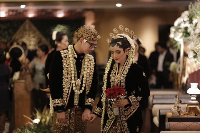 Busana adat pengantin Jawa dalam pernikahan tradisional Jawa, sejatinya adalah busana berwarna hitam. Warna hitam dipilih karena melambangkan sikap kebijaksanaan. Namun modernisasi tak menampik pilihan warna busana lainnya sesuai selera pengantin.