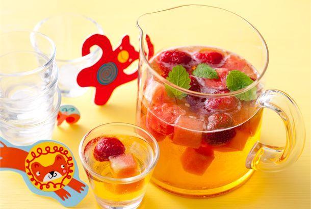 Lasten hedelmäbooli ✦ Syntymäpäiväjuhlat kruunaa näyttävä, marjoilla ja hedelmillä maustettu booli. Boolimalja on helppo koristella nauhoilla tai serpentiinillä juhlan teemaan sopivaksi. http://www.valio.fi/reseptit/lasten-hedelmabooli/