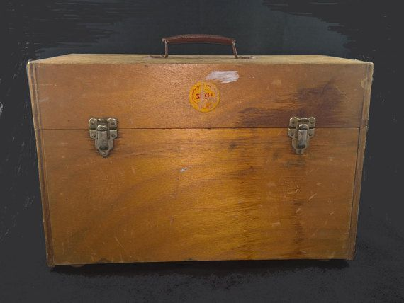 wooden toolbox,wooden toolchest,wooden storagecontainer,vintage toolbox,toolbox,used toolbox,box for tools,wooden box,carrying box,vintage