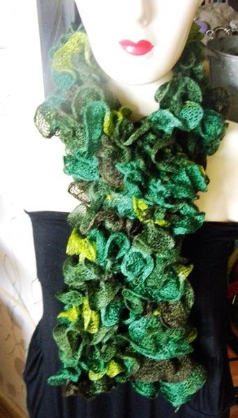 écharpe froufrou papillon - coloris vert, amande, chocolat  Ultra douce à porter.  Lavage à 30°.  Se porte en 2 tours autour du cou, ou façon cravate.    Du plus bel effet sur votre manteau, sur un chemisier ou un pull pour un effet chic et glamour.  100 % fait main  longueur : env. 98 cm  Laine Bergère de France à 5.90 € la pelote.  Créée avec 2 pelotes.
