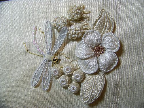 Stuflor en alto relieve. mpwork embroidery, white on white: