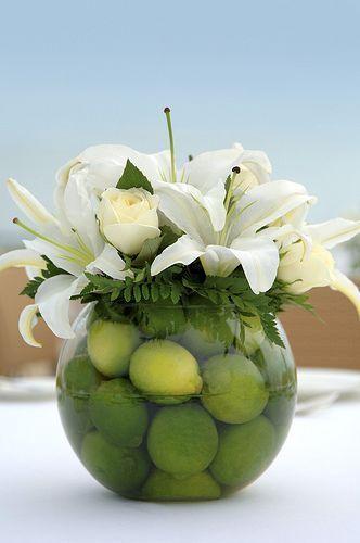 Contraste de lirios y rosas blancas con el cítrico limón - Como hacer centros de mesa con frutas simple y economico