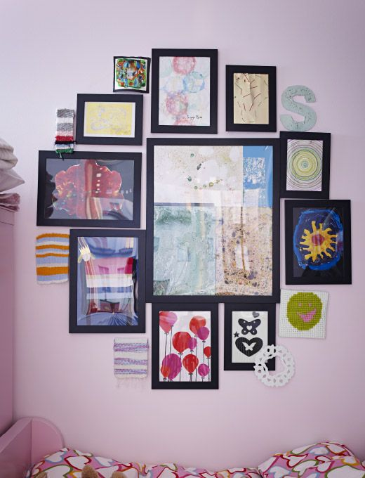 collection de cadres ikea fix s au mur montrant toute une s rie d 39 uvres d 39 art objets divers. Black Bedroom Furniture Sets. Home Design Ideas