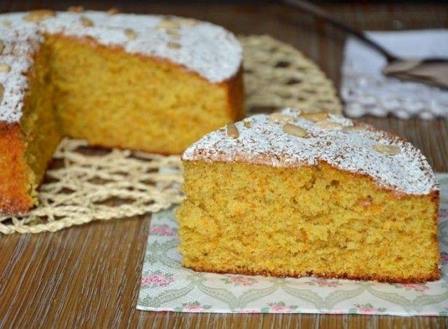 La torta di zucca e pinoli è sorprendentemente alta e soffice, ha un sapore delicato e leggermente speziato. Il colore, il sapore e l'odore sono piacevolmente autunnali. Questa torta è perfetta per la colazione, per cominciare la giornata con gusto ed energia.
