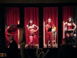 ▶ Des prostitués dansent au Quartier Rouge... - Vidéo Dailymotion
